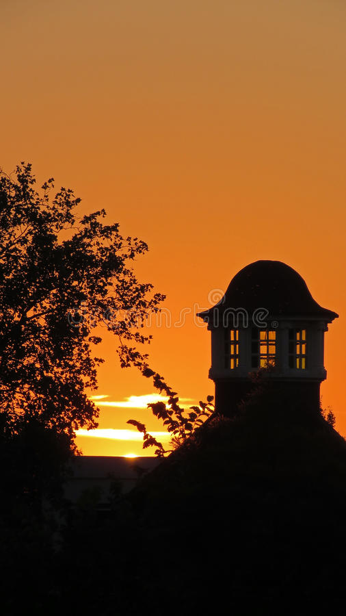 Solnedgång i Volkspark i Enschede arkivfoton