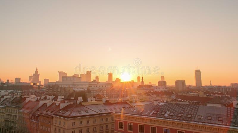 Solnedgång i Warszawastaden arkivfoton