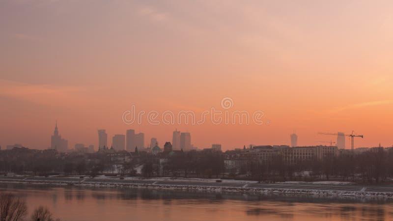 Solnedgång i Warszawastaden med floden arkivbild