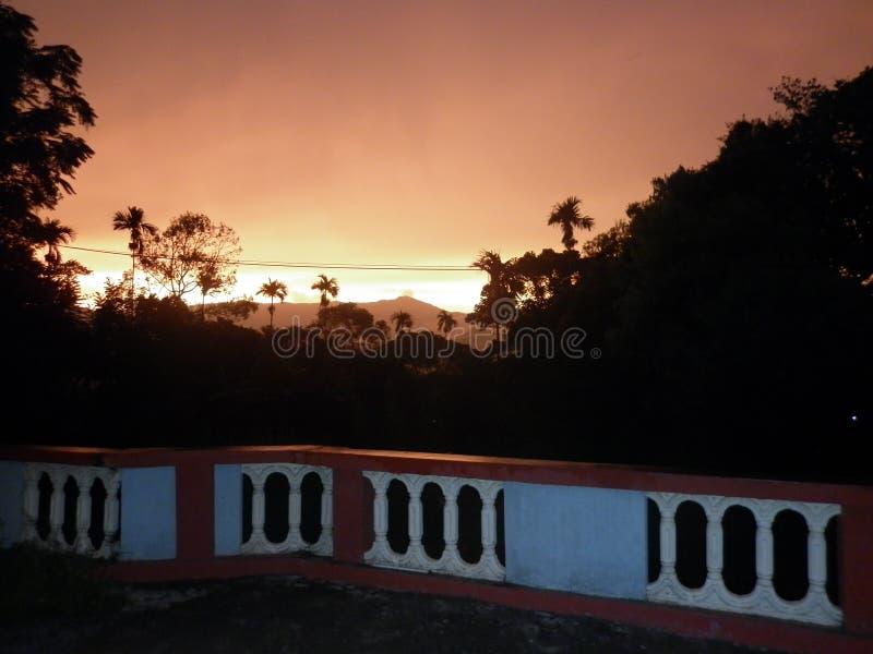 Solnedgång i welimadaen Sri Lanka royaltyfri foto