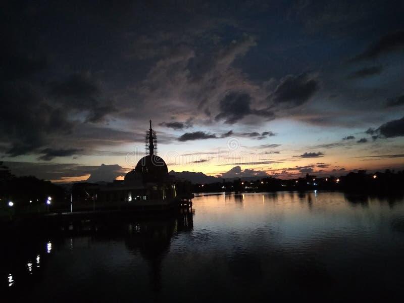 Solnedgång : Lämplig plats för besök i Kuching Malaysia royaltyfri fotografi