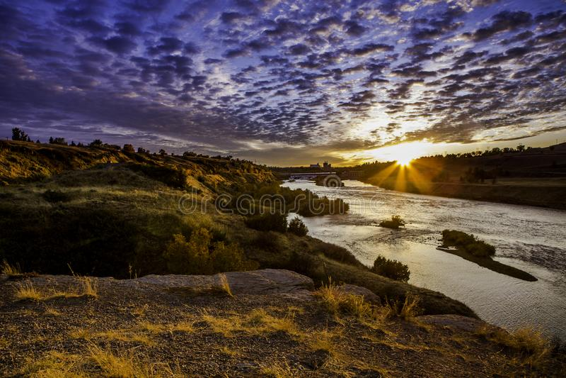 Solnedgång längs Missouri River längs fördämningen royaltyfri bild
