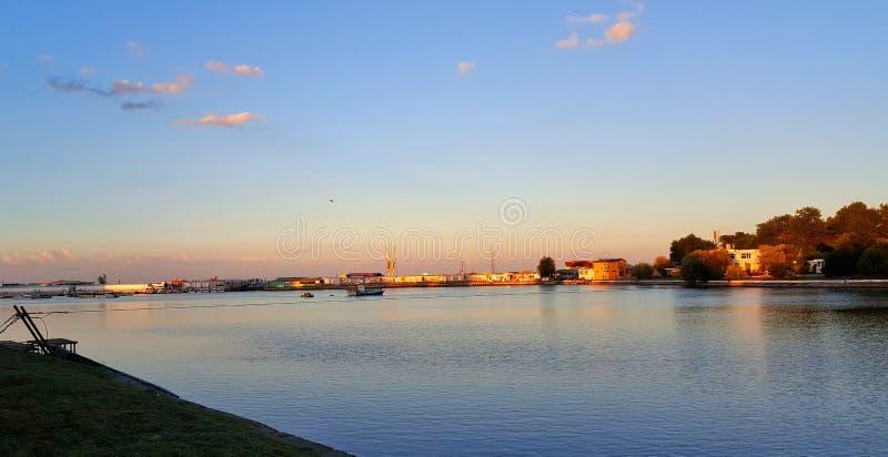 Solnedgång Lake arkivbilder
