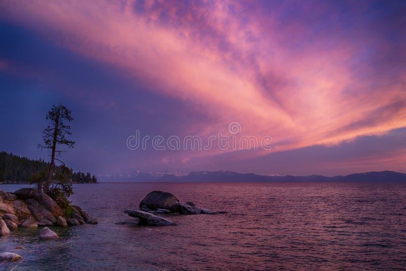 Solnedgång Lake Tahoe royaltyfria bilder