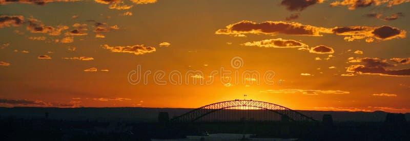 Solnedgång med bron i bakgrund royaltyfri fotografi