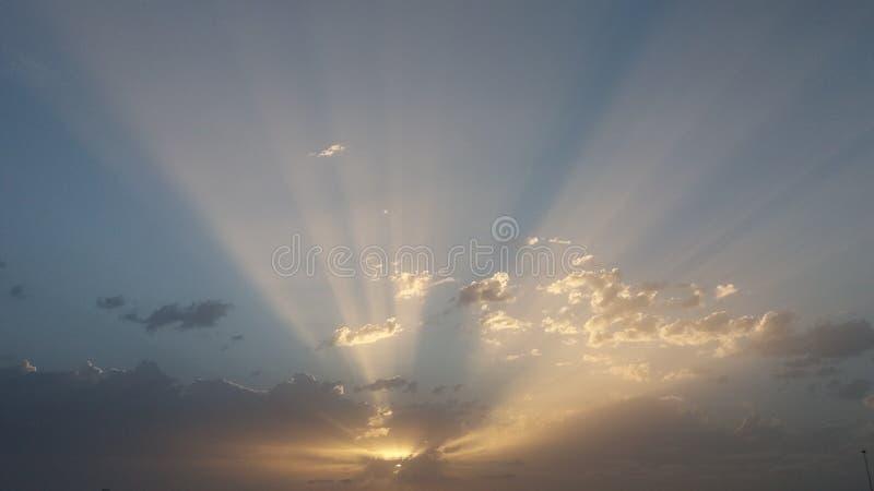 Solnedgång med de sista strålarna av dagsolen arkivfoto