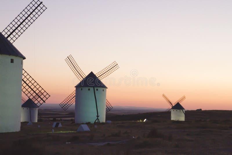 Solnedgång med gammal väderkvarnCastilla la Mancha, Spanien arkivfoto