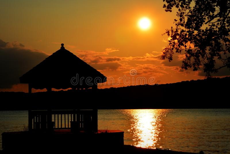 Solnedgång med gazeboen arkivfoton