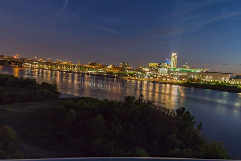 Solnedgång med härlig horisont över över floden Missouri och i stadens centrum Omaha Nebraska arkivbild