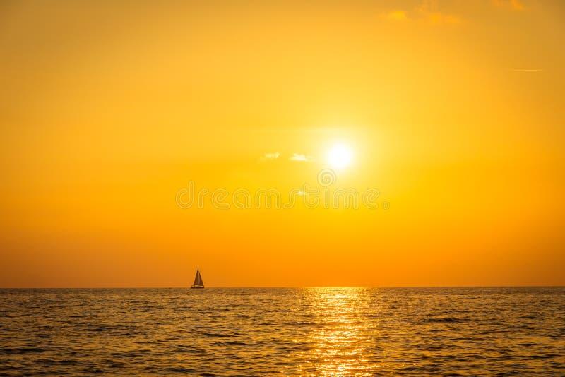 Solnedgång med havet arkivbild