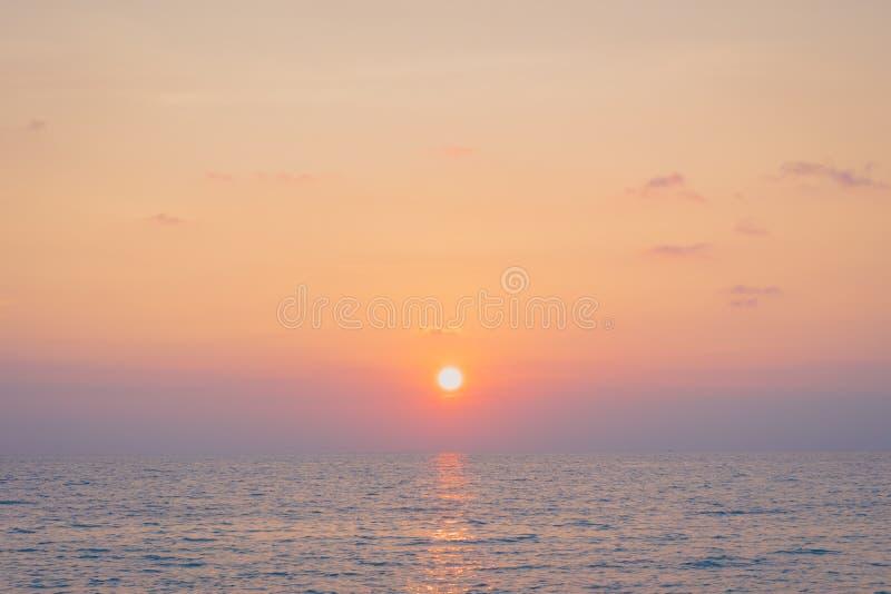 Solnedgång med havet royaltyfri foto