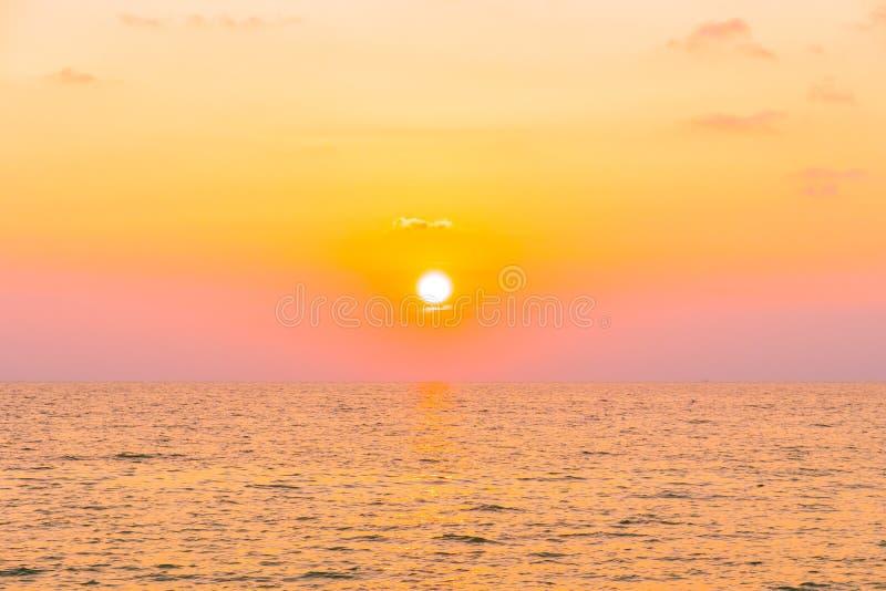 Solnedgång med havet arkivbilder