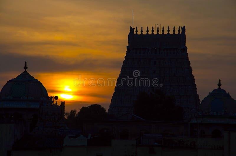 Solnedgång med konturn av den Sarangapani templet, Kumbakonam, Tamil Nadu, Indien royaltyfri fotografi