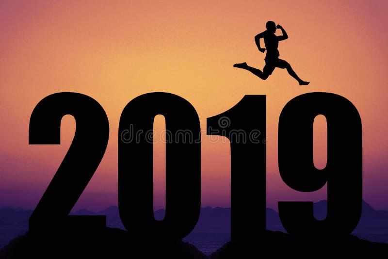 Solnedgång med konturn 2019 för nytt år med banhoppningmannen som symbol arkivfoton