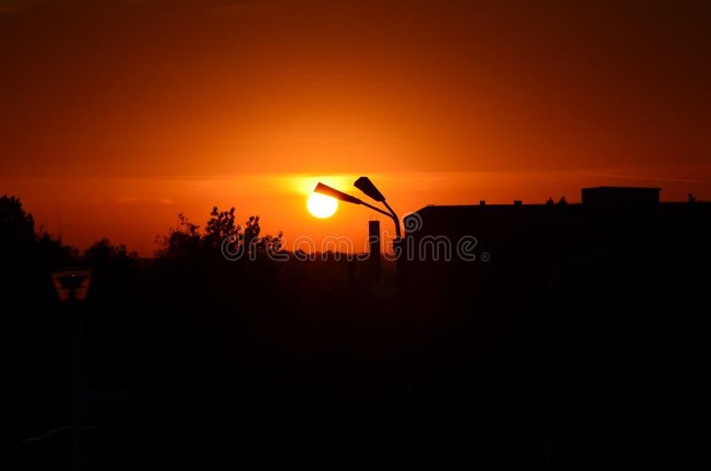 Solnedgång med lampan royaltyfria foton