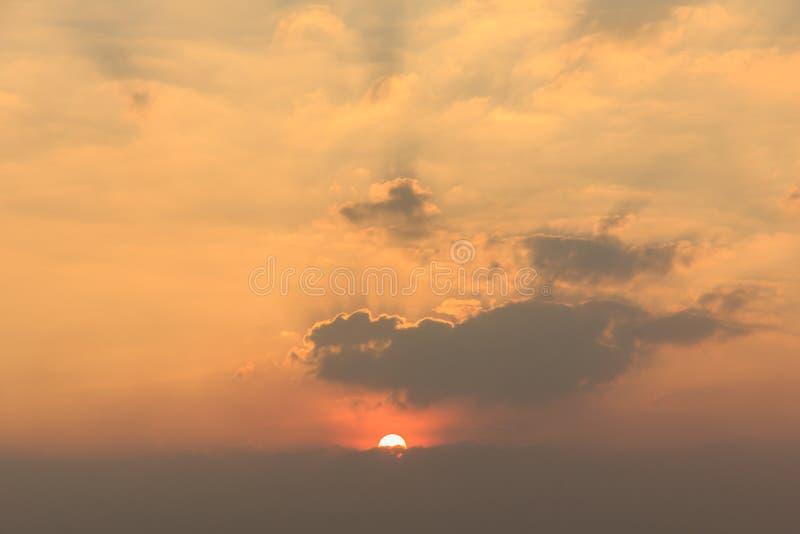 Solnedgång med moln himlen royaltyfri fotografi