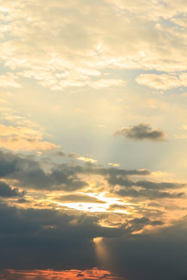Solnedgång med moln himlen arkivbilder