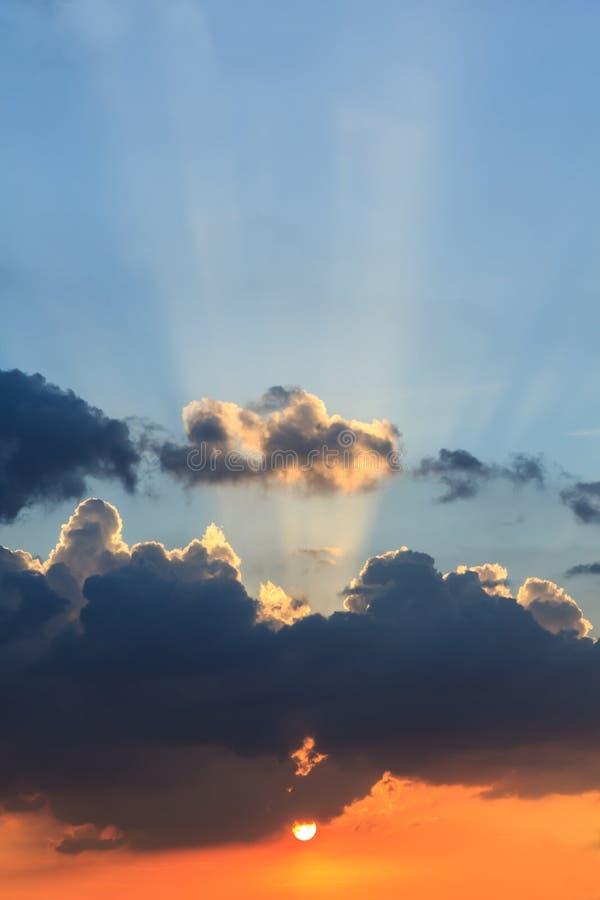 Solnedgång med moln himlen arkivfoton