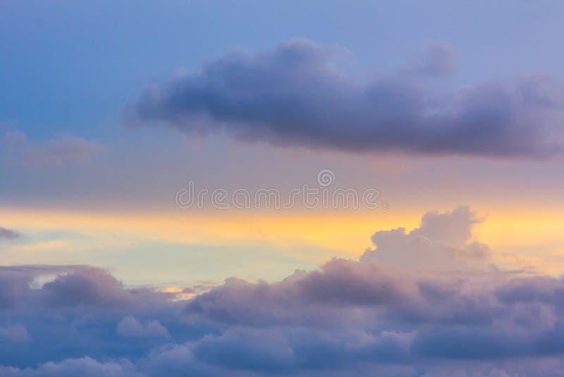 Solnedgång med moln i aftonen arkivfoton