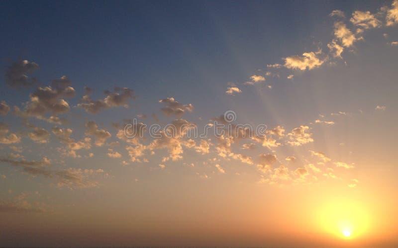 Solnedgång med mycket små moln royaltyfria foton