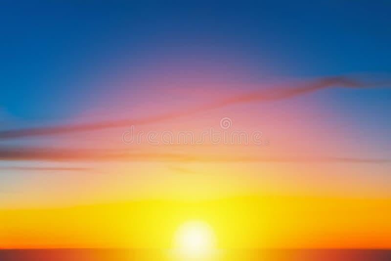 Solnedgång med orange blå himmel och härlig utomhus- bakgrund för moln arkivbilder