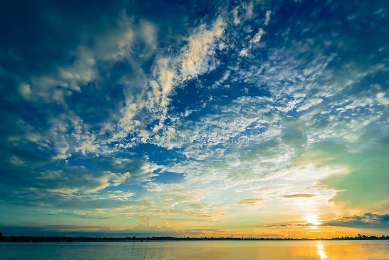 Solnedgång med orange blå himmel och moln över härlig utomhus- bakgrund för lever royaltyfria bilder