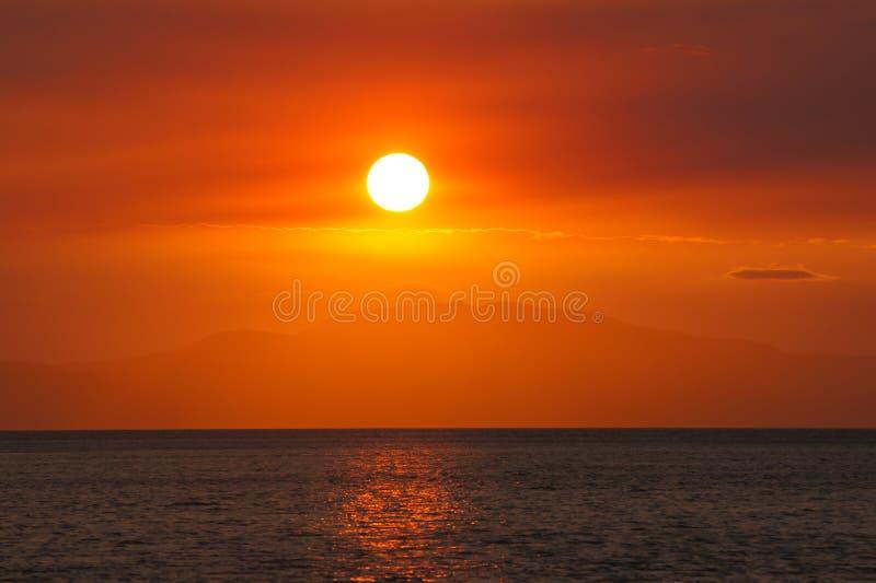Solnedgång med orange och röd himmel fotografering för bildbyråer