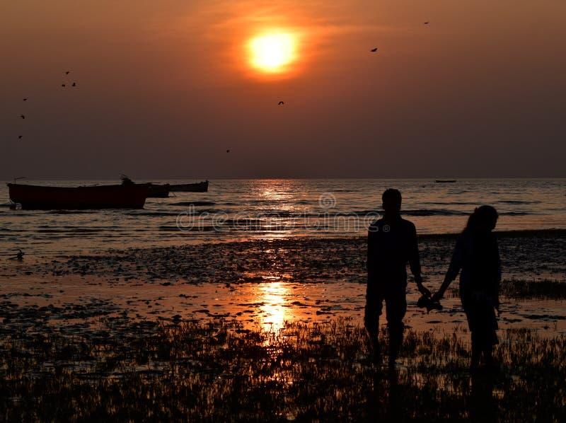 Solnedgång med parbakgrundsfotografiet royaltyfri bild