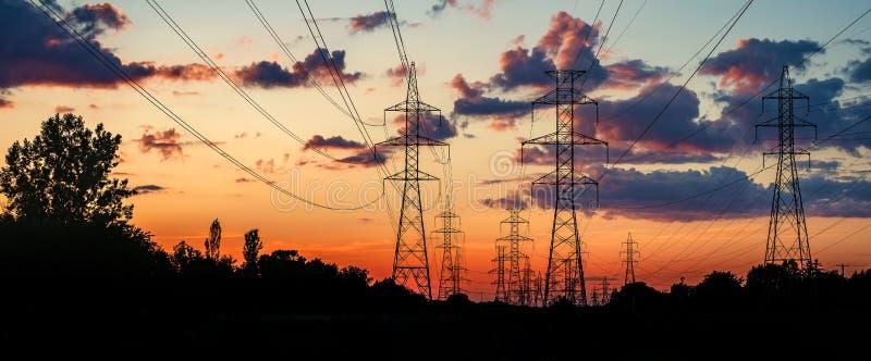 Solnedgång med pylonen royaltyfri fotografi