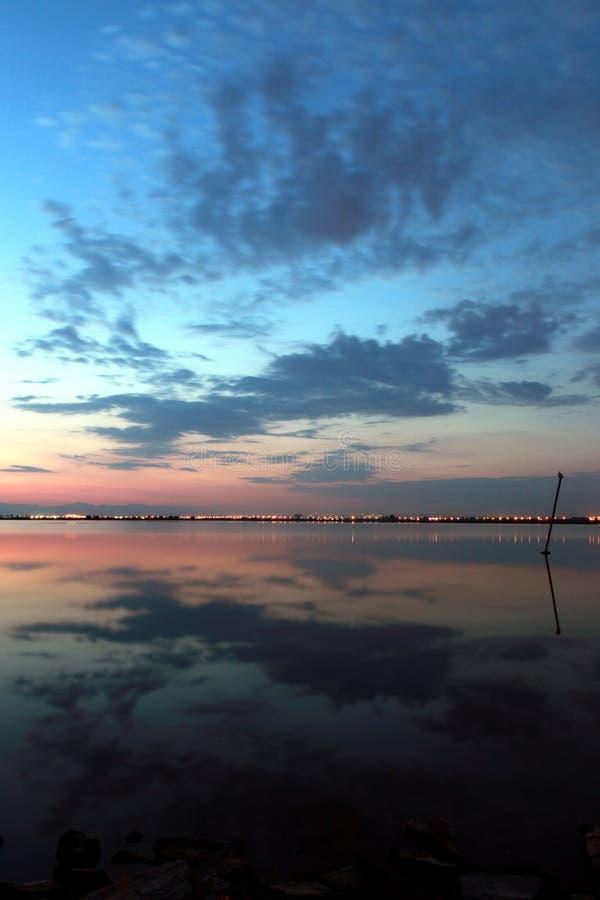 Solnedgång med reflexion royaltyfri bild