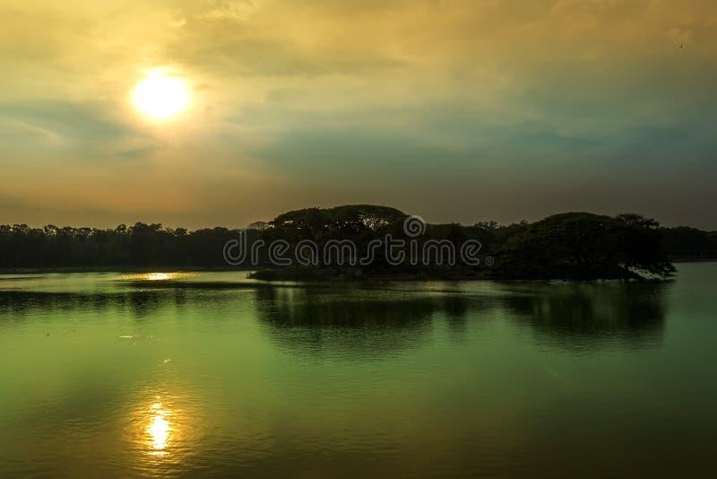 Solnedgång med reflexion i sjön royaltyfri foto