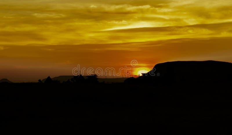 Solnedgång med silhouetten royaltyfri foto