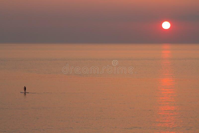 Solnedgång med skovelboarderen royaltyfri bild