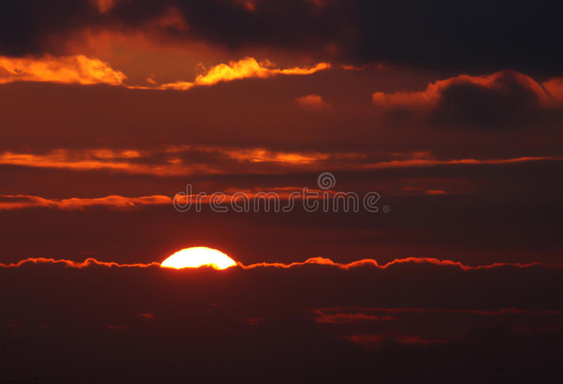 Solnedgång med solstrålar royaltyfri bild