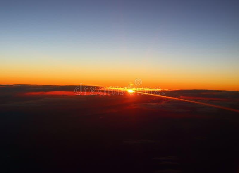 Solnedgång med solstrålar i himmel arkivfoton