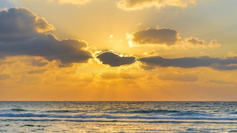 Solnedgång med solstrålar royaltyfria foton
