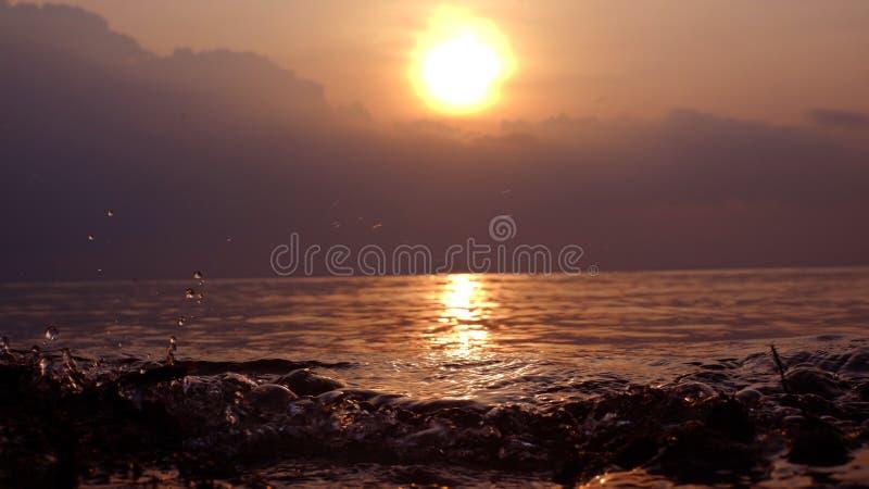 Solnedgång med sorlhavsvatten royaltyfri foto