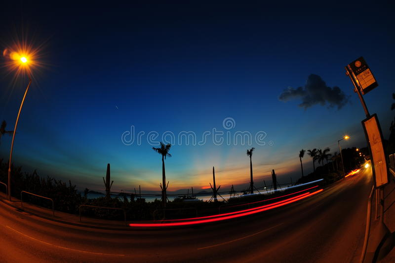 Solnedgång med tramlines arkivfoto