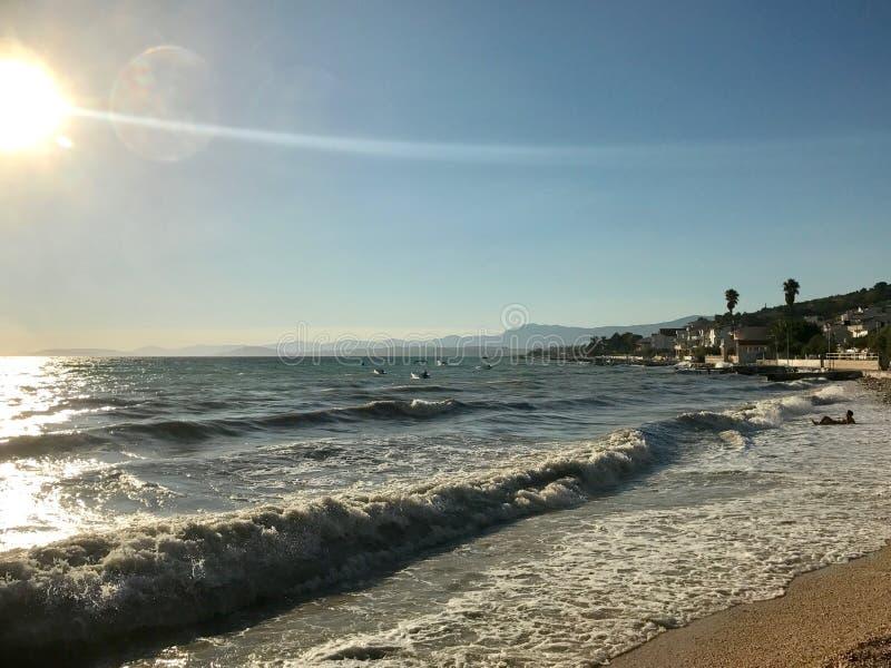 Solnedgång med vågor royaltyfri fotografi