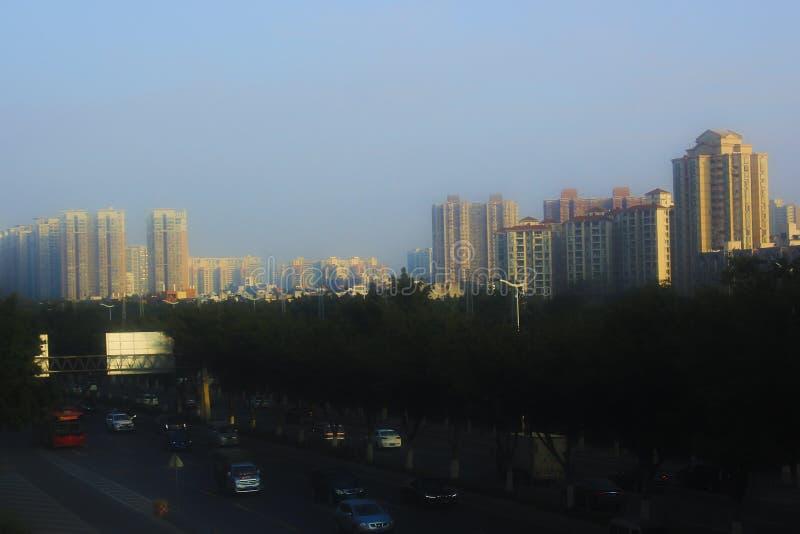 Solnedgång modern stad, framkallad trafik, guld- solljus royaltyfria foton