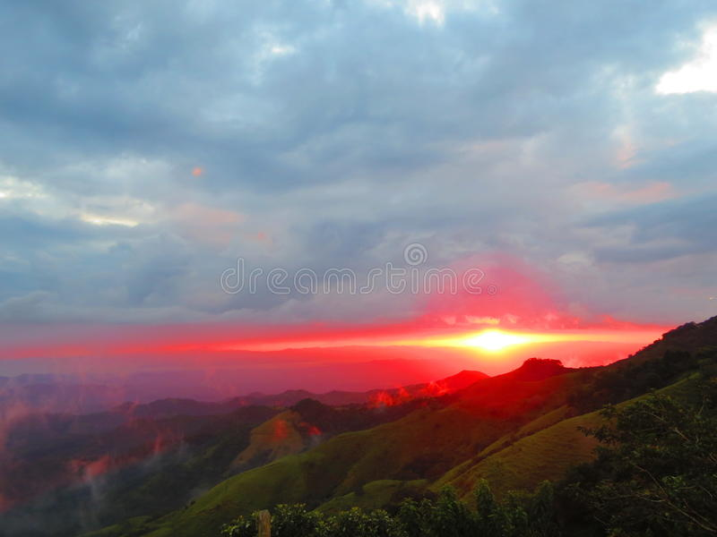 Solnedgång Monteverde Costa Rica arkivbild