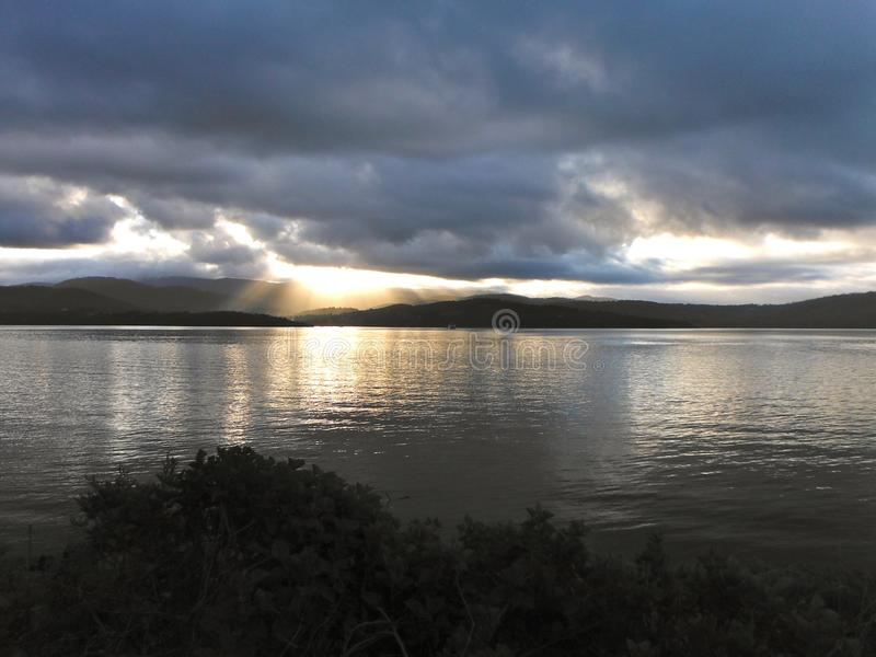 Solnedgång in mot en Tasmanian ö fotografering för bildbyråer