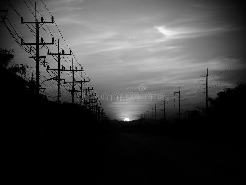 Solnedgång när kommande bakgata till väghemmet fotografering för bildbyråer