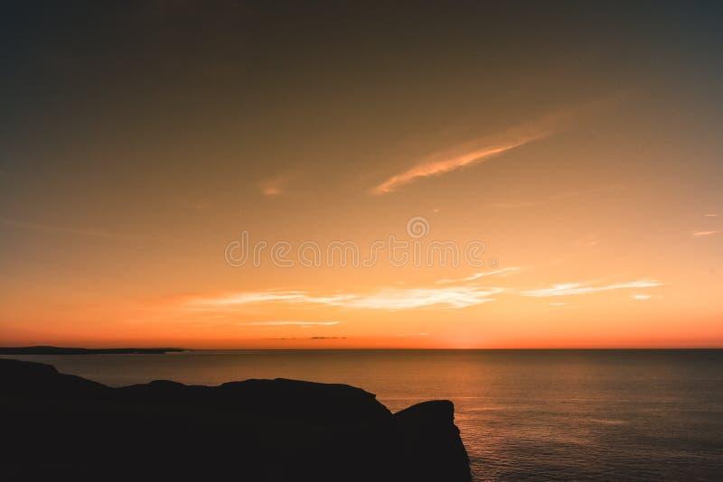 Solnedgång nära den Watergate fjärden i norr Cornwall royaltyfri foto