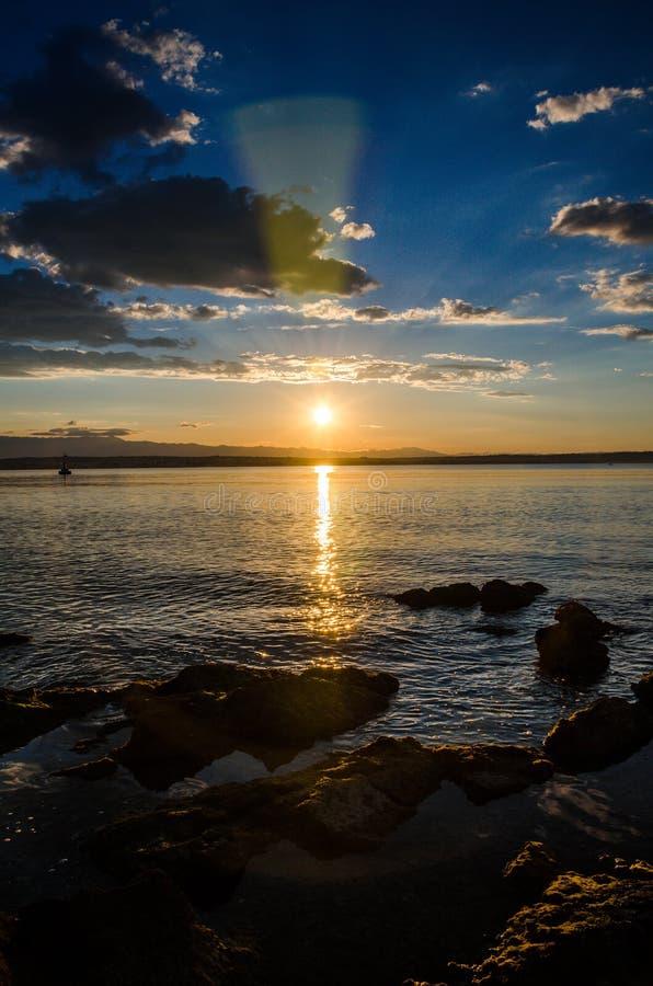 Solnedgång nära det mideterean havet royaltyfri bild