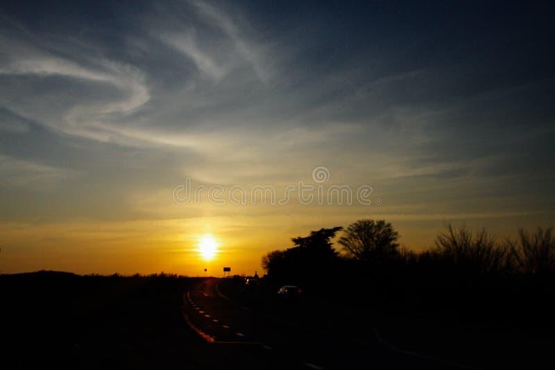 Solnedgång nära vägen och den härliga blåa himlen, naturlig skönhet royaltyfri bild