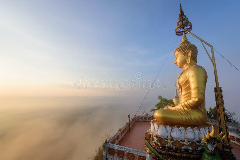 Solnedgång och buddha staty royaltyfri foto