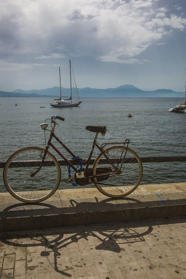 Solnedgång och cykel i Napoli royaltyfri bild