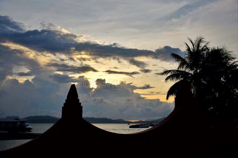 Solnedgång och fartyg i havet på Eagle Square fotografering för bildbyråer