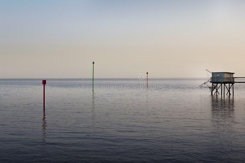 Solnedgång och fiskörhut royaltyfri fotografi